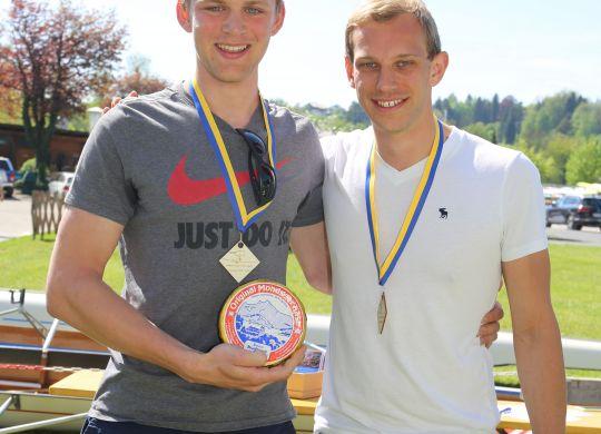 Matthias und Georg freuen sich über den 1. Platz. Und auch das Geschenk ;)